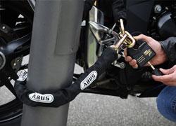 Schließen Sie Ihr Fahrrad oder E-Bike immer an fest verankerten Gegenständen ab.
