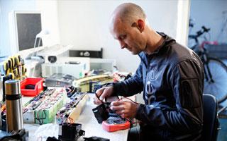 In der Werkstatt von Bikee in Österreich werden alle Teile für ein E-Bike selbst verbaut.