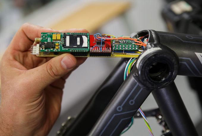 Canyon Bicycles und Telekom: Die On-Board-Unit bekommt Daten von den Bewegungssensoren, die auf Aufprallwinkel und Aufprallgeschwindigkeit reagieren.