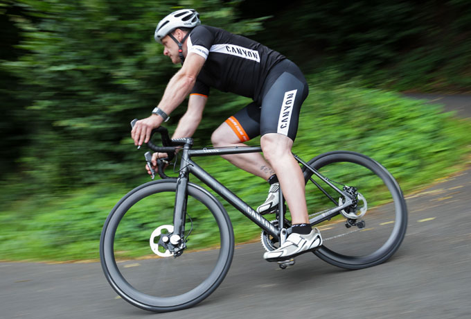 Canyon Bicycles und Telekom: vernetztes Fahrrad Notruf per eCall ; durch Vorsicht im Verkehr gilt es dennoch Unfälle zu vermeiden.