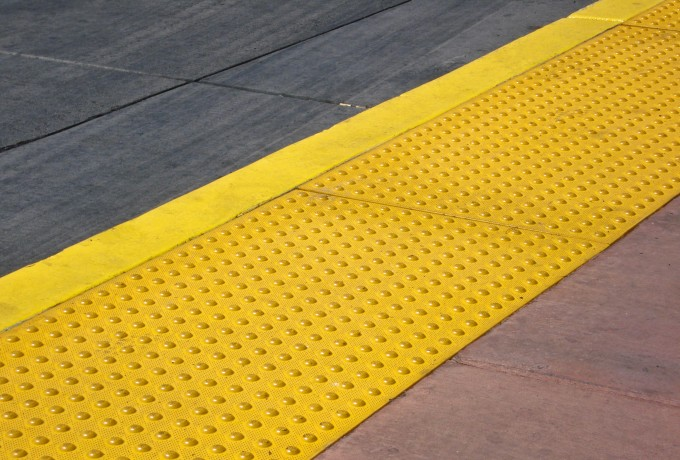 Sicherheitsmarkierungen und Bodenmarkierungsbänder zur Kennzeichnung von Fahrwegen und Fahrradwegen