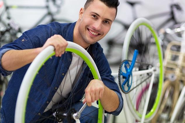 Nicht nur erfahrene Mechaniker können bei einem Bike den hinteren Reifen zügig und korrekt wechseln