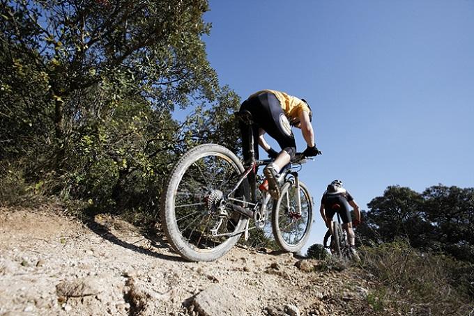 Trekkingrad-Modelle wie die Kettler Speed-Räder eignen sich zwar nicht für jedes schwierige Gelände. Die dickeren Reifen aber machen, wie weiter oben beschrieben, problemlos das Befahren von Schotter, Splitt und Geröll möglich. (#01)