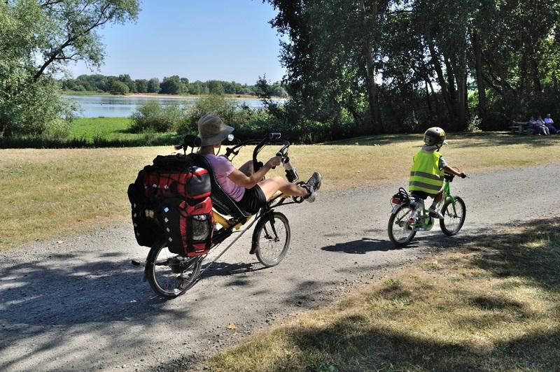 Vom Radweg aus sieht man die Attraktionen eines Landes einmal ganz neu. Genau das macht die Reise mit dem Fahrrad so spannend. Doch auch für Neulinge, die noch nicht zuvor in Frankreich gewesen sind, eignet sich diese Art des Urlaubs perfekt. (#01)