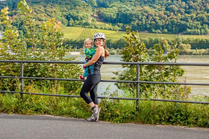 Es muss nicht immer Sightseeing sein. Einfach mal die Radtour unterbrechen und mit dem Kind den Blick auf den Rhein genießen (#3)