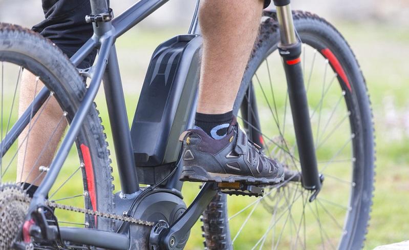 Apropos Ladekabel: Statt Muskelkraft liefern E-Bike-Akkus die nötige Power, die mit Hilfe der Ladekabel quasi aus der Steckdose kommt. Nicht umsonst stellen Akkus das teuerste Bauteil an den modernen Fahrrädern dar, was sich in einem entsprechenden Preis von bis zu 800 Euro niederschlagen kann. (#03)