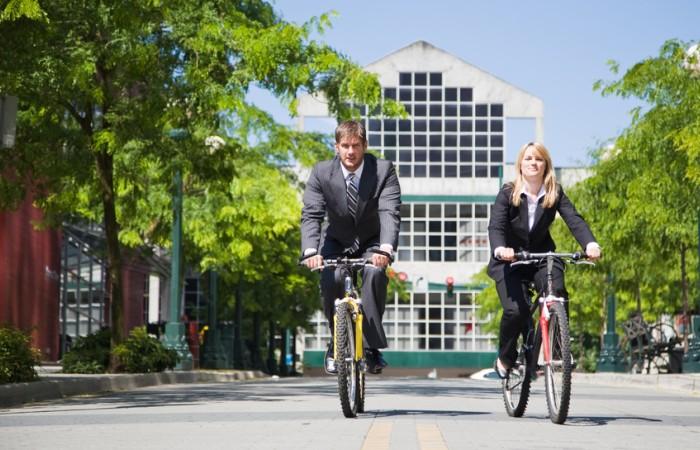 Wer mit dem E-Bike oder Fahrrad zur Arbeit fährt, kommt gesünder durchs Leben und genießt ganz nebenbei noch eine Portion Natur und frishe Luft. (#2)