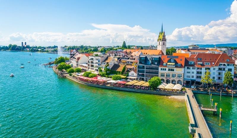 Fahrradurlaub am Bodensee in einer Jugendherberge verbringen? Das geht nicht einfacher als in der Jugendherberge in Friedrichshafen, denn diese ist nur 50 Meter vom Bodensee entfernt und liegt damit so zentral, wie man es sich nur wünschen kann. Gerade für technikbegeisterte Familien oder Paare gibt es in Friedrichshafen viel zu entdecken, ist Friedrichshafen doch die Stadt des Zeppelins. (#03)