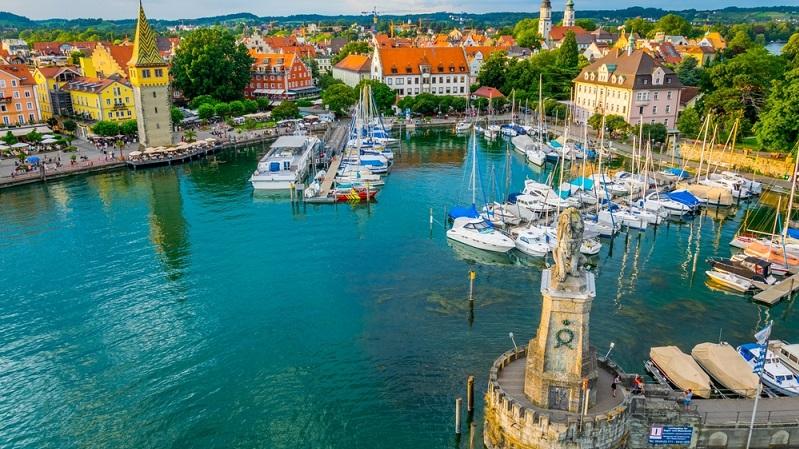 Das kleine Städtchen Lindau überzeugt in erster Linie durch die Lage: Direkt am Bodensee zieht es Besucher sofort in seinen Bann, denn man ist sich plötzlich gar nicht mehr sicher, ob man sich noch in Deutschland oder bereits in Italien befindet. (#01)