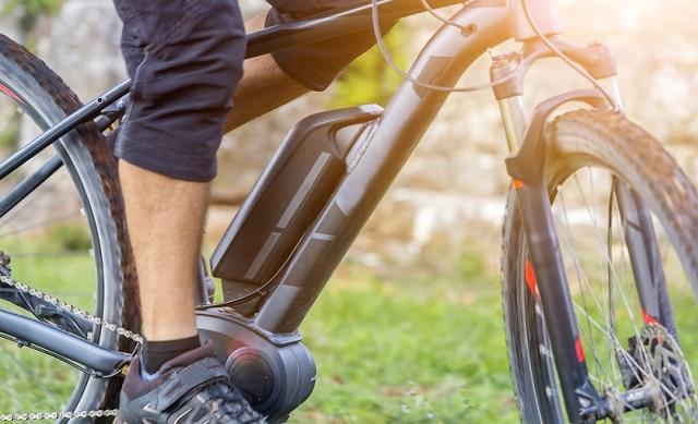 Wer über den Kauf eines elektroangetriebenen Fahrrades nachdenkt, sollte sich informieren, wie lange der Akku durchhält. Nichts Schlimmeres, als wenn auf der ausgedehnten Tour dem Akku die Puste ausgeht und man kaum mehr weiter kommt. (#02)