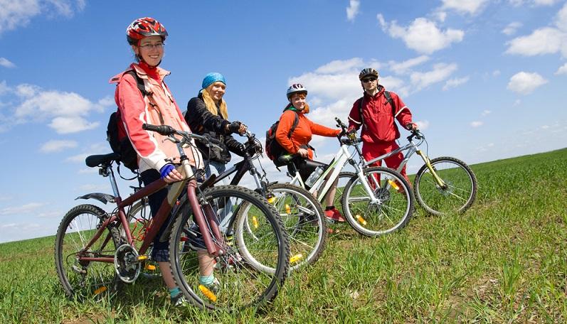 Das Fahrrad muss vor dem Start in technisch einwandfreiem Zustand sein. Stimmt der Reifendruck, funktionieren Bremse, Licht und Schaltung etc.? Auch andere stark belastete Rad-Bestandteile wie Vorbau, die Lenkung und die Sattelstütze müssen überprüft werden. (#01)