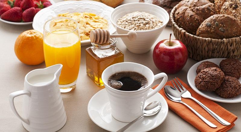 Für ein Frühstück auf der Tour empfehlen sich gesunde, energiespendende Nahrungsmittel wie Vollkornbrot, Tomaten und Salatgurken, Müsli, Eier oder auch ein Naturjoghurt mit frischem Obst. (#04)