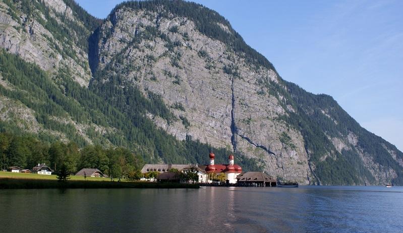 Der Königssee – nach rund 370 km und einigen Übernachtungen in gemütlichen Unterkünften der Dörfer, ländlichen Holzhütten im Allgäu oder schönen Privatpensionen entlang des Bodensee-Königssee-Radwegs, ist das Ziel endlich erreicht. (#02)