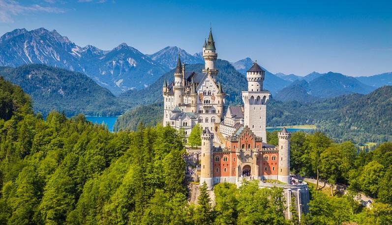Schloss Neuschwanstein im Allgäu: DAS Traumschloss schlechthin. Verzaubert als prunkvolles Schloss des Märchenkönigs, Ludwig II. bereits seit 1869 die Massen. Lage: rund 11 km vom Forggensee entfernt, der auf der Route liegt (#03)