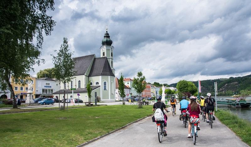 Erholung und Abwechslung bietet ein Tagesausflug entlang der Donau in die nahegelegene Wachau. Der Trip aus Deutschland ist eine mehrtägige Radreise, abhängig davon, wo gestartet wird. Der Donauradweg von Passau nach Wien ist eine sehr beliebte Strecke. (#02)