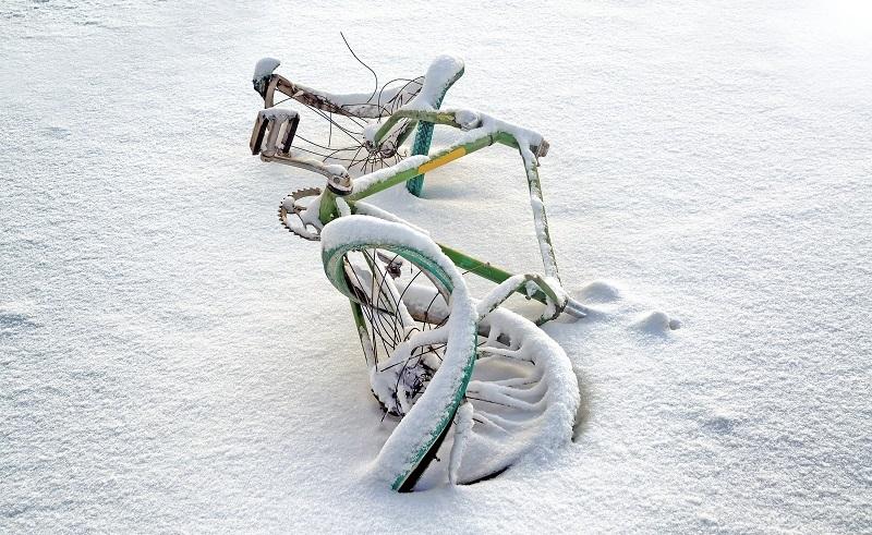 Bei Nässe oder Glätte kann die Fahrt ins Büro so schnell die Fahrt in die nächste Notaufnahme werden, wenn das Rad einfach keinen Grip finden möchte. (#01)