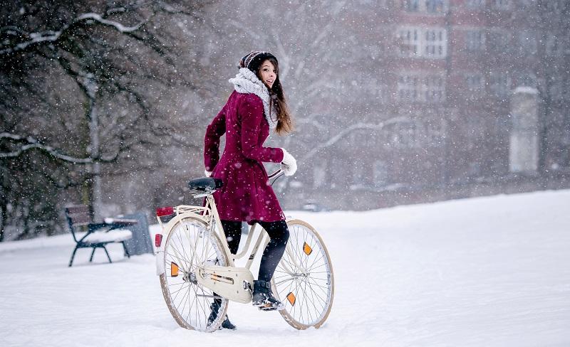 Die Bekleidung sollte beim Fahrradfahren im Winter in erster Linie vor Wind und Wetter schützen. (#04)