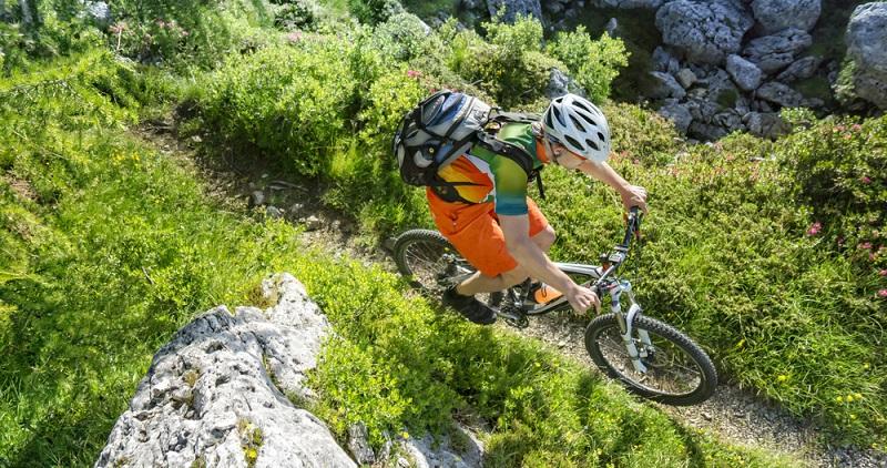 Fahrradfahren ist ein Trendsport, denn die Bewegung in der Natur ist für viele gestresste Städter ein hervorragender Ausgleich zur Büroarbeit. (#02)