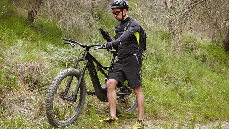 E-Bikes sind nicht zuletzt deshalb so beliebt, weil mit diesen Fahrrädern keine Versicherungs- und Helmpflicht verbunden ist.(#01)