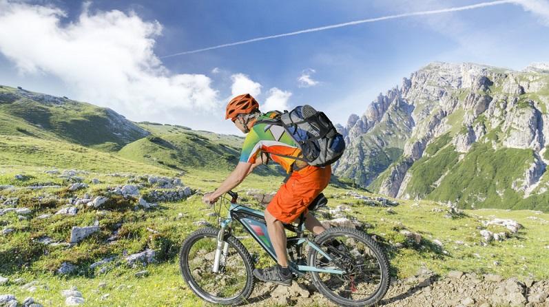 Letztendlich geht von einem E-Bike keine größere Unfallgefahr aus, als von einem normalen Fahrrad. Problematisch sind eher die Fahrer, die nie auf ein gewöhnliches Fahrrad steigen würden, aber mit dem E-Bike munter durch die Gegend rasen. (#04)