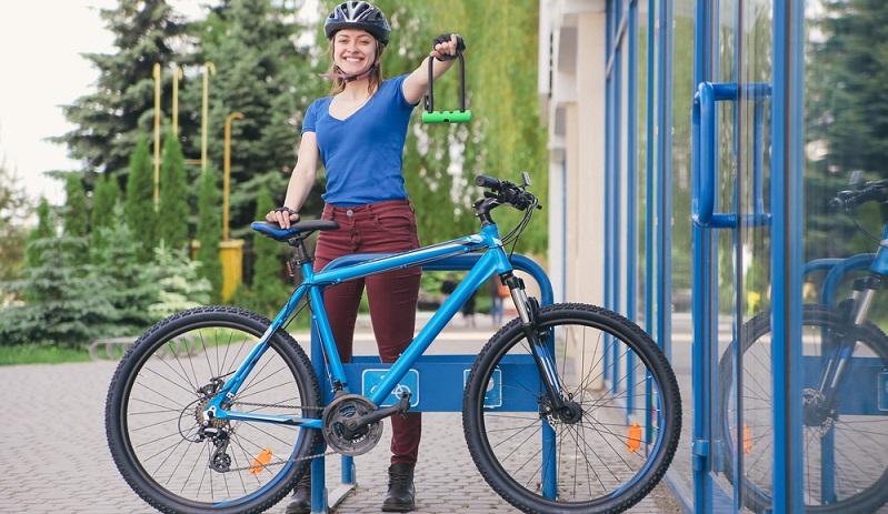 Schließen Sie das Fahrrad wirklich an und verbinden Sie nicht einfach Hinterrad und Rahmen miteinander. Auch dann, wenn Sie das Rad nur kurz wegstellen, sollten Sie es an einen festen Gegenstand schließen. (#04)