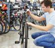 Die Nabe beim Fahrrad zu wechseln, ist gar nicht so einfach. Mit der richtigen Anleitung kann man es aber auch ohne Hilfe schaffen und sich das Geld und die Zeit für die Reparatur in der Werkstatt sparen