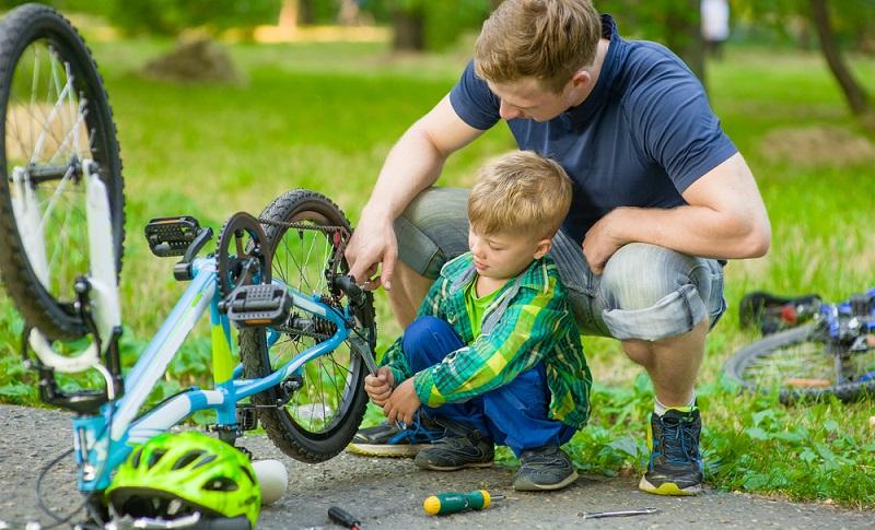 Auch ein Kinderfahrrad sollte regelmäßig gewartet werden. Dazu gehört die Pflege der Kugellader, denn gerade Kinder fahren mit Vorliebe durch Matsch und Pfützen, was dazu führen kann, dass die Kugellager in ihrer Funktionsfähigkeit beeinträchtigt werden. (#03)