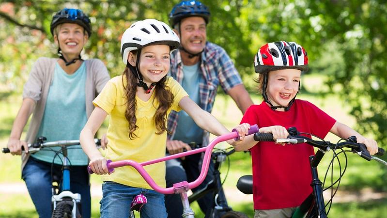 Fahrradhelme für Kinder gibt es in verschiedenen Preisklassen. So stellt sich die Frage, ob es nicht auch ein günstiger Helm aus dem Discounter tut?