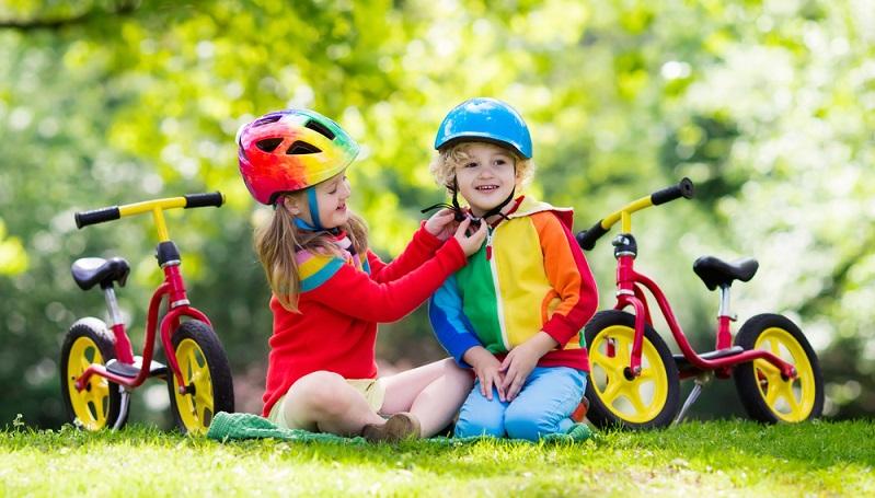 Fahrradhelme für Kinder gibt es in verschiedenen Preisklassen. So stellt sich die Frage, ob es nicht auch ein günstiger Helm aus dem Discounter tut? (#03)