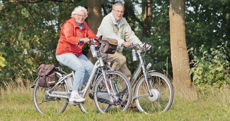 Das E-Bike sorgt für ein vollkommen neuartiges Erlebnis auf dem Fahrrad. Während bislang eine Steigung dazu führte, dass die Fahrradfahrer vollkommen erschöpft und durchgeschwitzt auf dem Gipfel ankamen, ist das mit einem E-Bike ganz einfach. (#01)