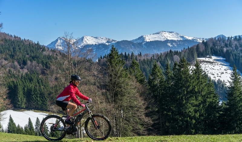 Ein E-Bike mit Motor ist eine erstklassige Unterstützung, wenn man sich in einer hügeligen Bergwelt bewegt. (#1)