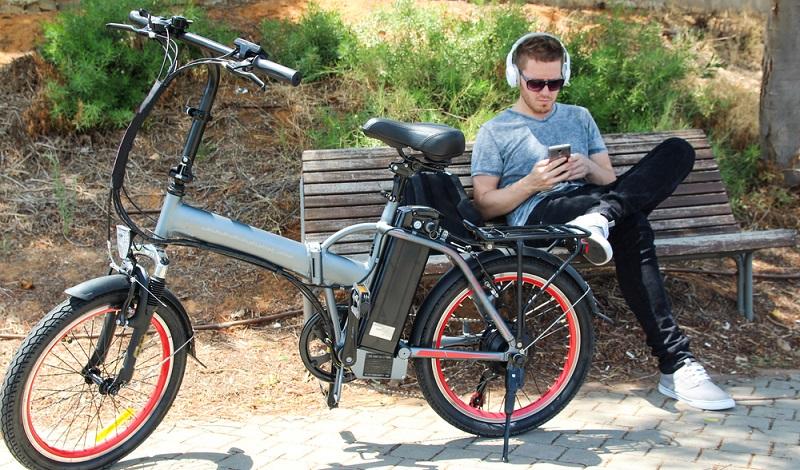 Es gibt die unterschiedlichsten Fahrräder mit Elektromotor. Das können Mountain Bikes sein oder auch flotte und leichte City-Bikes. (#3)