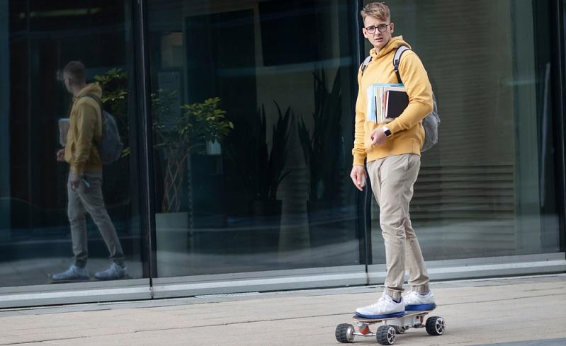 Kein Sportgerät und auch kein Kraftfahrzeug: Das Elektro-Skateboard scheint eine Mischung aus allem zu sein und kann dennoch nicht in der Privathaftpflichtversicherung geführt werden. ( Foto: Shutterstock-EugeneEdge)