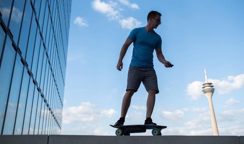 Fahren mit dem E-Skateboard auf öffentlichem Grund nicht erlaubt, nur auf abgegrenzten oder speziell dafür vorgesehenen Arealen.   ( Foto: Shutterstock-_ Nils Jacobi )