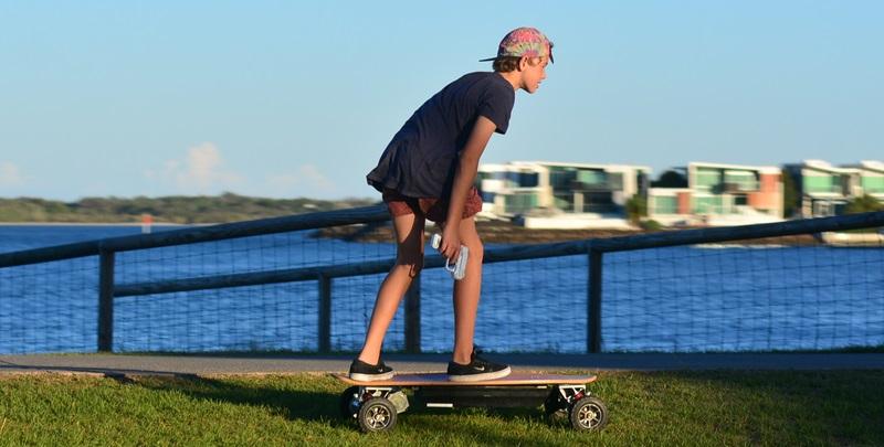 Nur noch private Plätze oder speziell dafür vorgesehene, abgrenzte Areale gelten als Tummelplatz für das Elektro-Skateboard.  ( Foto: Shutterstock-ChameleonsEye)