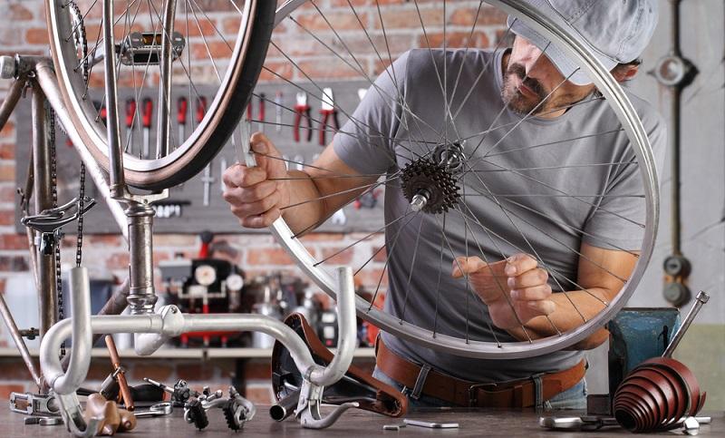 Die Reifen dürfen keine Risse aufweisen oder gar kleine Fremdkörper eingefahren haben. Das Profil sollte wenigstens einen Millimeter betragen. (Foto: Shutterstock-visivastudio)