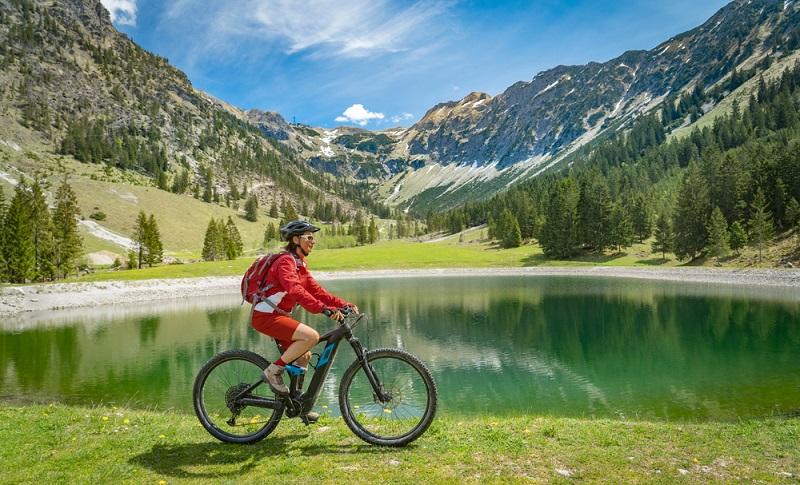 Radfahren hilft Kalorien zu verbrauchen, gilt das auch für das Fahren mit dem E-Bike ( Foto: Shutterstock- Umomos )