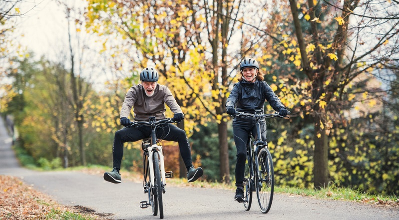 Fahrspaß bis ins hohe Alter, mit dem E-Bike kein Problem. ( Foto: Shutterstock-Halfpoint )