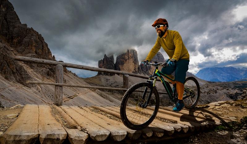 Ein E-Mountainbike muss auch besondere Strecken problemlos meistern koennen. ( Foto: Shutterstock-gorillaimages)