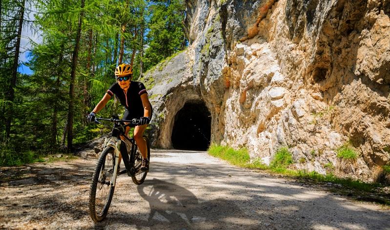 Mit dem Fahrrad in einer tollen Umgebung herumfahren, das ist ein unvergessliches Erlebnis( Foto: Shutterstock-_gorillaimages )