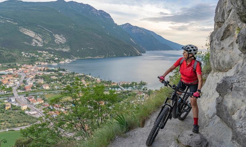 Kein Berg ist zu hoch, keine Strecke zu weit mit dem E-Bike ( Foto: Shutterstock-Umomos )
